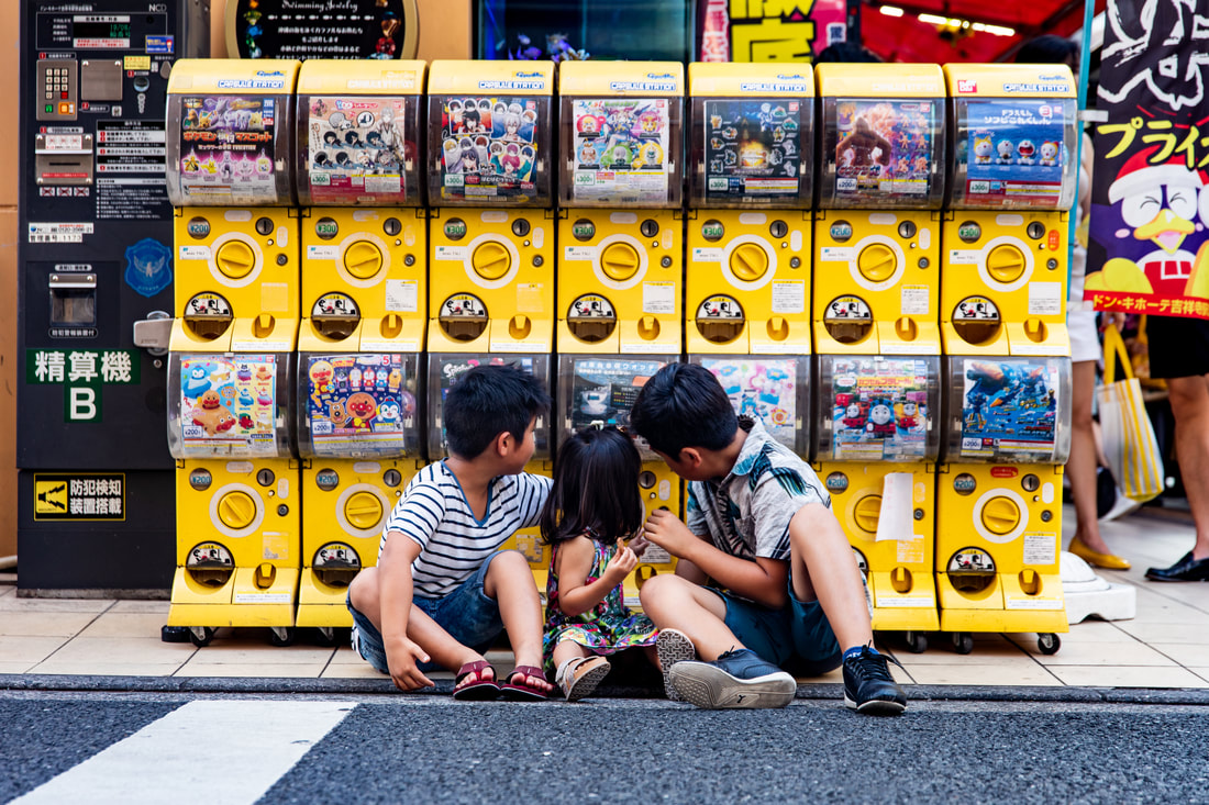 kids in front of bubble toy dispensers